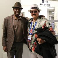 Mexico manager Mike Brito (right) and his old friend and former Hankyu Braves player Roberto 'Chico' Barbon pose for a photo at Tokyo Dome on Thursday. | KAZ NAGATSUKA