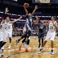 Curry powers Warriors past Pelicans
