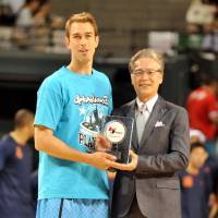 Kyoto's David Palmer, seen receiving the 2012-13 best free-throw shooter award from commissioner Toshimitsu Kawachi, is having an excellent season on offense. | YOSHIAKI MIURA