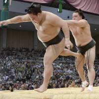 Hakuho maintains lead