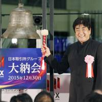 Renowned conductor Yutaka Sado rings the bell Wednesday at the Tokyo Stock Exchange to mark the bourse's last day of trading this year. Economists say the Japanese economy is likely to gain traction in fiscal 2016 after falling short of expectations for a solid recovery this year. | KYODO