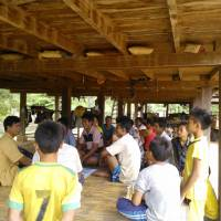Villagers in Savannakhet Province, central Laos, hold a community meeting to discuss the preservation of natural resources in the area. | JAPAN INTERNATIONAL VOLUNTEER CENTER