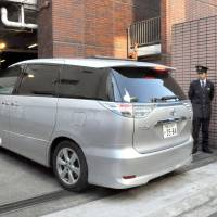 A vehicle carrying Chon Chang-han, 27, enters a police station in Tokyo on Wednesday. Chon was arrested in connection to a recent suspected bombing at a public restroom at Yasukuni Shrine. | KYODO