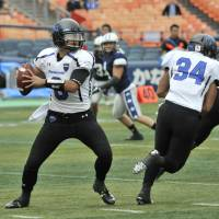 7638: Panasonic Impulse quarterback Tetsuo Takata looks for a receiver during the game against the Silver Star on Oct. 31 at Yokohama Stadium. He and the Impulse are aiming for their first X League championship since 2008.   HIROSHI IKEZAWA