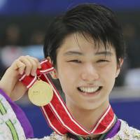 Yuzuru Hanyu, seen with his NHK Trophy gold medal on Saturday, impressed figure skating experts around the world with his amazing performance in Nagano. | AP