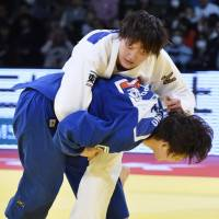 Chizuru Arai (top) defeats Yoko Ono to claim the women's 70-kg division title at the Tokyo Grand Slam on Saturday. | KYODO