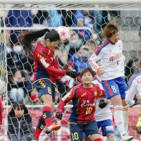 Kobe's Homare Sawa heads in the only goal of the Empress' Cup final on Sunday in Kawasaki. INAC defeated Niigata to win the title.   KYODO