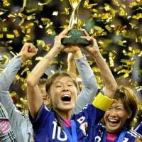 Homare Sawa lifts the trophy following the 2011 Women's World Cup final in Frankfurt, Germany, on July 17, 2011. | KYODO