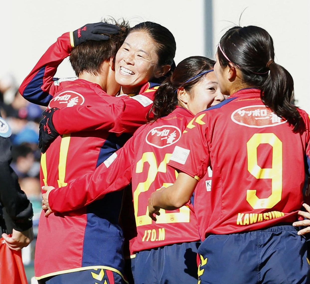 Homare Sawa (second from left) and INAC Kobe Leonessa earned a 2-0 win over AC Saitama in the Empress' Cup quarterfinals on Saturday. | KYODO