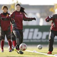 Sawa aims for goal in career finale