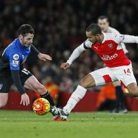 Arsenal retakes first with win