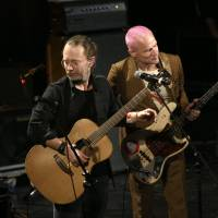 Summer guests: A picture from a Paris gig shows Radiohead singer Thom Yorke (left) performing with  Red Hot Chili Peppers bassist Flea (right) last month. Yorke is set to visit Japan with Radiohead this summer.   AFP-JIJI