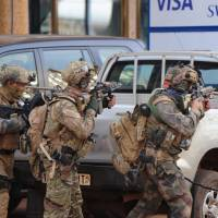 French special forces take up positions outside a hotel that was the site of an attack by Al-Qaida linked gunmen on Saturday in Ouagadougou. | AFP-JIJI