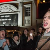 Crowds gather outside the Ritzy cinema in south London to sing and pay homage to British singer David Bowie following the announcement of Bowie's death on Monday. Bowie died of cancer at the age of 69, drawing an outpouring of tributes for the innovative star famed for groundbreaking hits like 'Ziggy Stardust' and his theatrical shape-shifting style. | AFP-JIJI