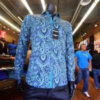 A shirt known as 'Crazy Paisley,' a replica of the shirt worn by Mexican drug-lord Joaquin 'El Chapo' Guzman during his interview with Sean Penn, is prominently displayed for sale at Barabas, a retail shop in the Fashion District in Los Angeles Wednesday. No one would have called Guzman a fashion icon when photos of his arrest last week showed the recaptured capo in a smeared, dirty undershirt. But one Los Angeles retailer is cashing in on an altogether more dapper depiction of the kingpin, in a newly iconic snapshot with Sean Penn. | AFP-JIJI