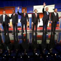 Republican U.S. presidential candidates (from left) Sen. Rand Paul, New Jersey Gov. Chris Christie, Ben Carson, Sen. Ted Cruz, Sen. Marco Rubio, former Florida Gov. Jeb Bush and Ohio Gov. John Kasich pose together onstage at the start of the debate held by Fox News for the top 2016 U.S. Republican presidential candidates in Des Moines, Iowa, on Thursday. | REUTERS