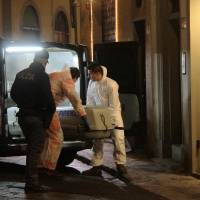 Police officers and forensics officers Saturday carry the body of Ashley Olsen, a 35-year-old American expatriate artist who was found dead in her flat in Florence. Italian police were studying cc-tv footage and awaiting the result of an autopsy as they attempted to explain her mysterious slaying. | AFP-JIJI