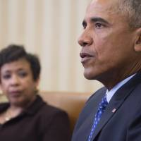 U.S. President Barack Obama speaks with Attorney Genral Loretta Lynch in the Oval Office of the White House in Washington, D.C., Monday. President Barack Obama is poised to unveil a raft of executive actions to tackle U.S. gun violence, kicking off his last year in the White House with a show of political power. | AFP-JIJI