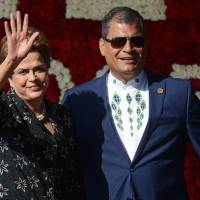 Brazilian President Dilma Rousseff waves next to Ecuadorean President Rafael Correa upon her arrival to the IV Community of Latin American and Caribbean States (CELAC) summit in Quito on Wednesday. | AFP-JIJI