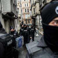 Turkish riot police block the street as Turkish anti-teror police officers search pro kurdish Peoples' Democratic Party (HDP) Beyoglu headquarters, on Friday in Istanbul. A Turkish court sentenced a co-mayor of a major city in the Kurdish-majority southeast to 15 years in jail on charges of membership of the outlawed Kurdistan Workers Party (PKK). | AFP-JIJI