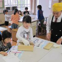 Seasoning makers initiating children into the world of 'washoku'