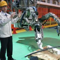 Toshiba unveils remote-controlled device to remove reactor 3 fuel assemblies at Fukushima No. 1