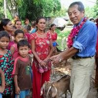 Toyama NGO brings gift of goats to quake-hit Nepalese villages