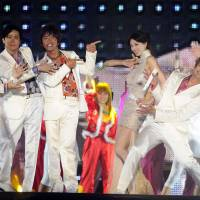 SMAP members (from left) Tsuyoshi Kusanagi, Goro Inagaki, Takuya Kimura, Shingo Katori and Masahiro Nakai perform with Taiwanese model and actress Lin Chi-ling in Beijing in September 2011. Members of the Japanese pop group say they will stick together, ending rumors of a breakup that shocked fans. | AP