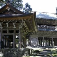 Sanmon gate (right) and Shorodo, a building housing a large bronze bell, are pictured at Eiheiji Temple in Fukui Prefecture in October 2015. | REUTERS