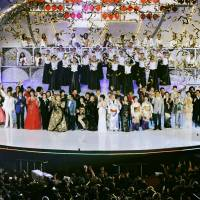 Singers and artists perform in the last show at Shinjuku Koma Theater on Dec. 31, 2008, before it closed down. | KYODO