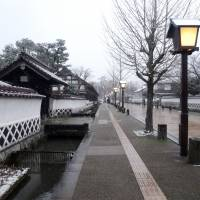 Snow chases away both people and carp from Tsuwano's Tonomachi district. | MANDY BARTOK