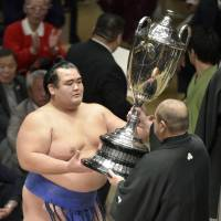 Ozeki Kotoshogiku is the first Japanese-born wrestler to win an Emperor's Cup since Tochiazuma in 2006. | KYODO