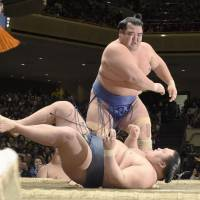 Kotoshogiku throws down Goeido during their match on Sunday. | KYODO
