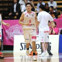 Akita Northern Happinets guard Shigehiro Taguchi, seen in this file photo from last September's bj-league-NBL exhibition game in Tokyo, is the top vote-getter for the Jan. 24 bj-league All-Star Game in Sendai. | KAZ NAGATSUKA