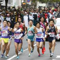 Runners begin the Tokyo-Hakone ekiden on Saturday morning in the Otemachi district of Tokyo.   KYODO