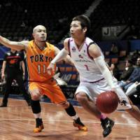 Guard Cohey Aoki, a bj-league star seen playing for the Tokyo Apache in 2011, has been an excellent ambassador for the circuit since its inception in 2005. | YOSHIAKI MIURA