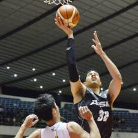 Aisin's J.R. Sakuragi goes up for a shot during Saturday's 94-87 win over Toyota in semifinals of the All-Japan Basketball Championship on Saturday. | KYODO
