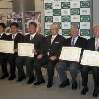 Kimiyasu Kudo (second from left), Masaki Saito (third from left), NPB commissioner Katsuhiko Kumazaki and the other Hall of Fame selectees pose for a photo at Japan's Baseball Hall of Fame Museum on Monday. | KAZ NAGATSUKA