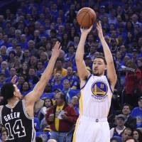 Warriors maul sloppy Spurs