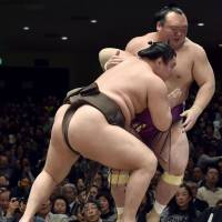 Hakuho cruises to fourth victory