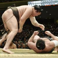 Hakuho stays tied for New Year lead