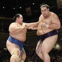 Kotoshogiku keeps Japan's hopes alive at New Year basho
