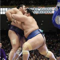 Kotoshogiku keeps title hopes alive