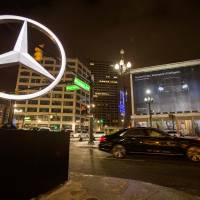 A Mercedes-Benz pulls up Jan. 10 outside the Westin Book Cadillac where Mercedes announced the new E-class sedan on the eve of the 2014 North American International Auto Show in Detroit. German automaker Daimler AG announced Tuesday the recall of some 840,000 Mercedes Benz and Daimler vehicles in the United States equipped with potentially defective Takata air bags. | AFP-JIJI