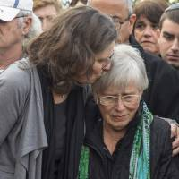 Ada (right) and Orit Willenberg, the widow and daughter of Samuel Willenberg, the last survivor of a prisoners' revolt at the Treblinka Nazi death camp in Poland, who died aged 93, mourn during his funeral in the central Israeli moshav of Udim on Monday. | AFP-JIJI