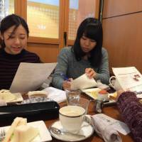 College students in Aichi Prefecture discuss refugee issues at a cafe in Nagoya. | CHUNICHI SHIMBUN