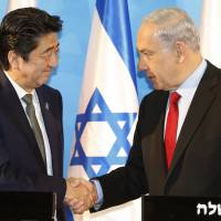 Prime ministers Shinzo Abe and Benjamin Netanyahu hold a news conference in Jerusalem on Jan. 19, 2015. | KYODO