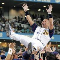 Kazuhiro Kiyohara is tossed aloft by his teammates of the Orix Buffaloes during a retirement ceremony in 2008.  | KYODO