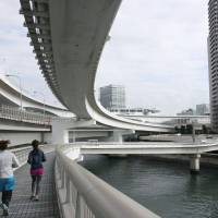People jog on the south side of the Rainbow Bridge walkways in Tokyo Bay in January. | KYODO