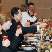 Prime Minister Yasuo Fukuda raises a sake cup with U.S. President George W. Bush and other Group of Eight leaders at a welcome dinner at the Windsor Hotel Toya in the town of Toyako, Hokkaido, on July 7, 2008. | KYODO